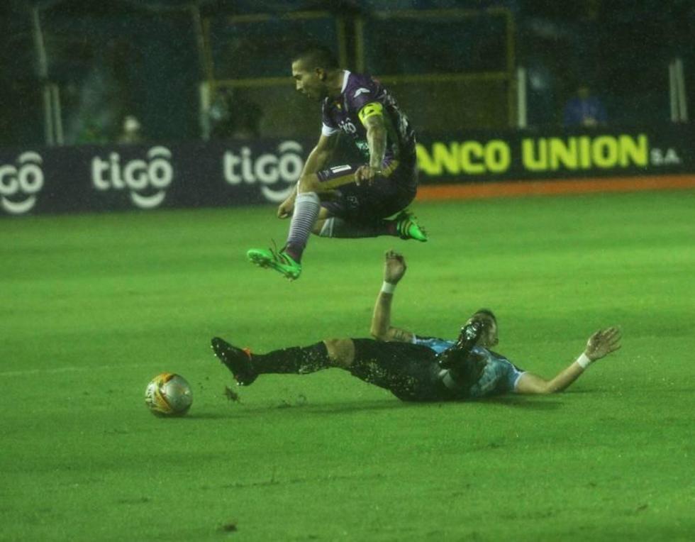 Gerardo Yecerotte, de Real, gana la lucha por la pelota.