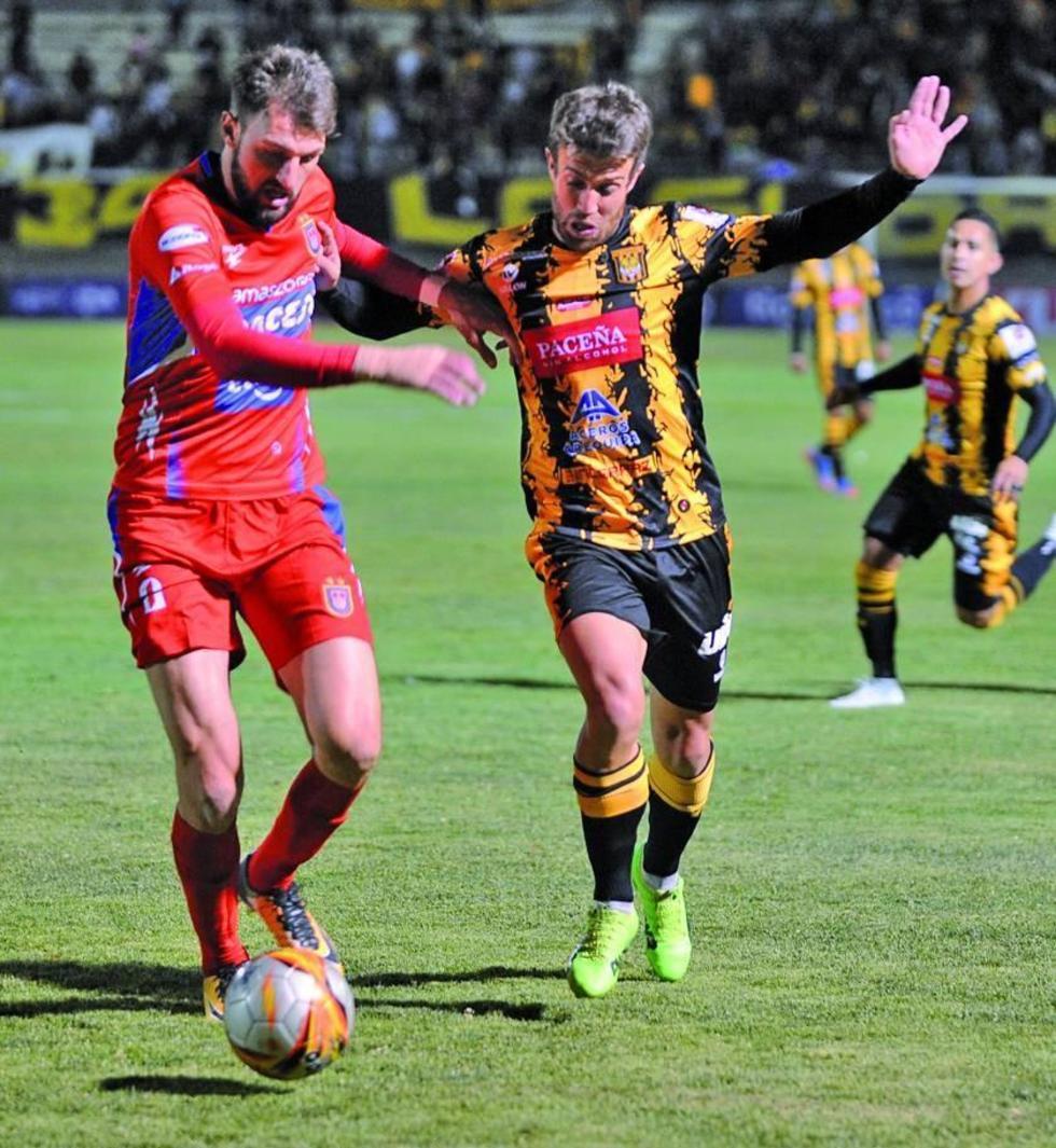 Matías Alonso (d) trata de recuperar el balón.