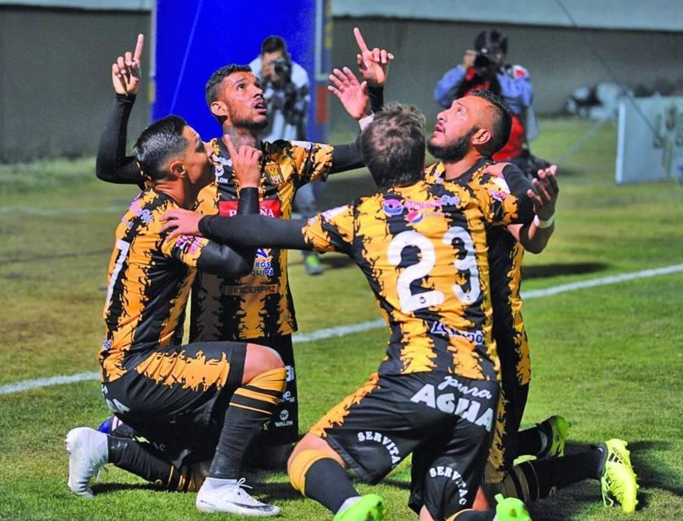 Los jugadores aurinegros festejan uno de los goles.