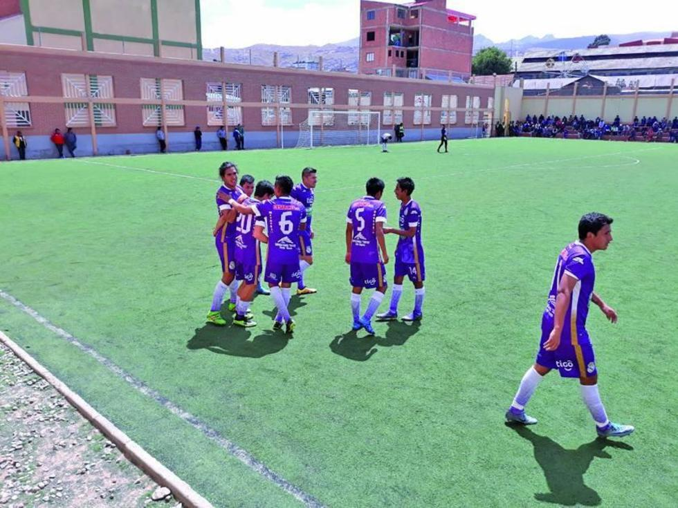 Diego Troche, de Real, celebra su segundo gol con sus compañeros.