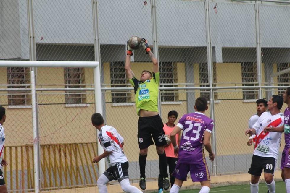 El portero de Nacional, Cristian Chilo Rojas, en plena atajada.