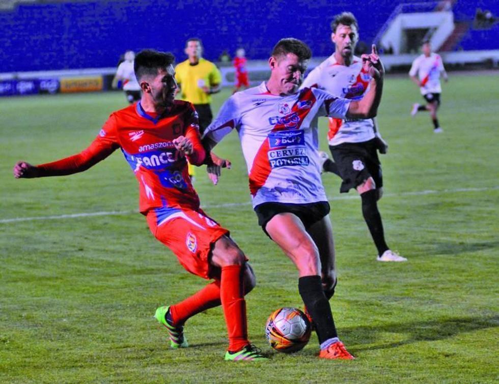 Miguel Hoyos (d) evita que su rival levante un centro.