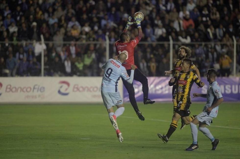 Daniel Vaca descuelga el balón en un ataque de la academia.
