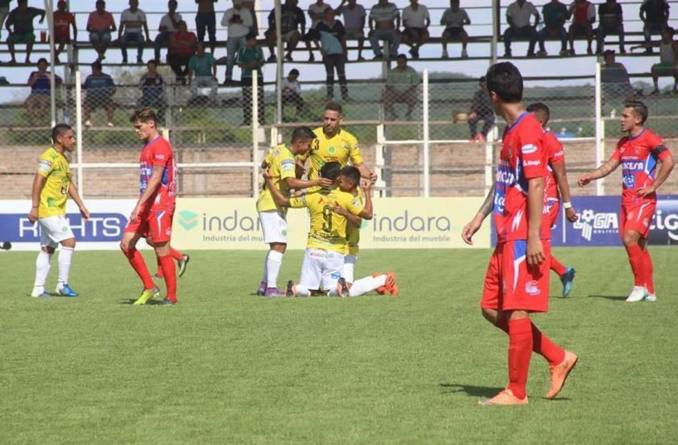 Los jugadores de la escuadra local festejan uno de los goles.