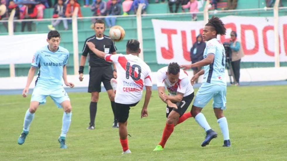 Ronald Gallegos (c) despeja el balón ante la presión de sus rivales.