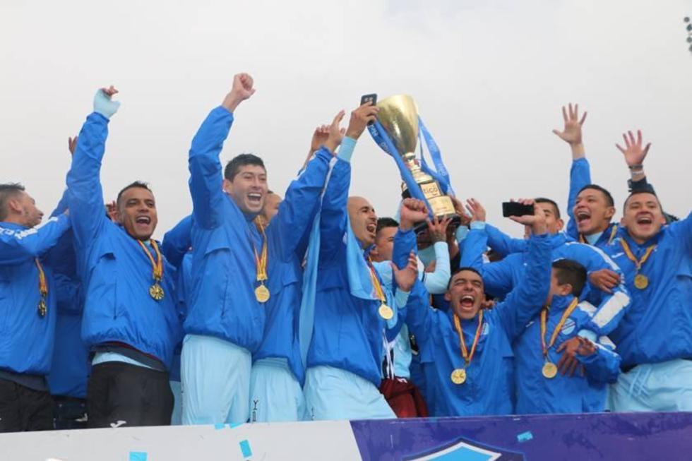 Los campeones levantan en alto el trofeo.