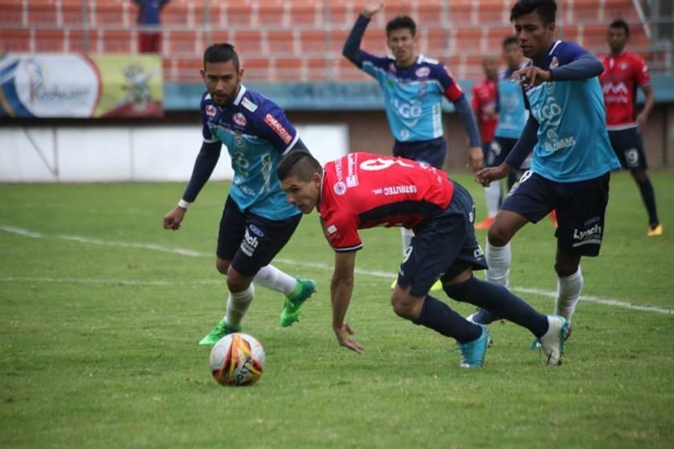 Cristian Chávez trata de eludir a sus marcadores.