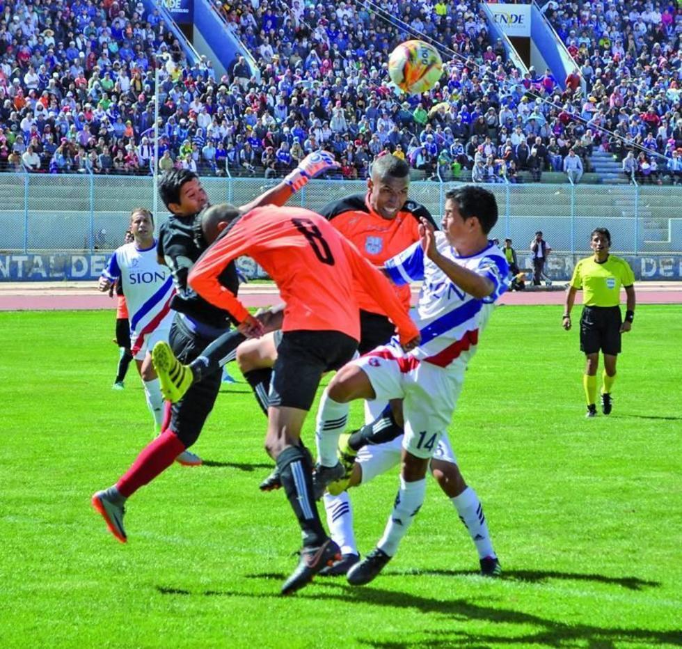 El arquero Diego Méndez rechaza el balón en un ataque de los locales.