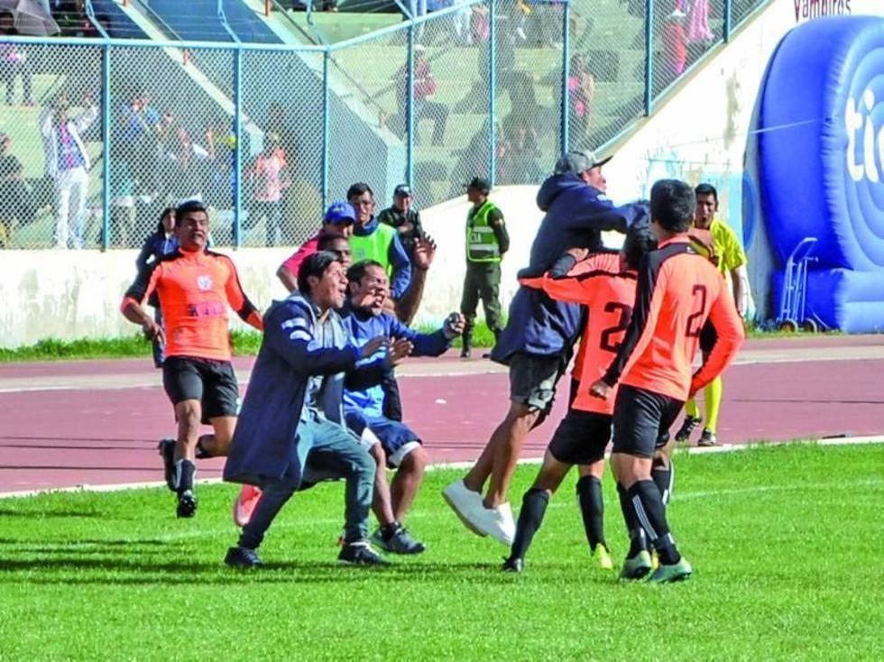 El equipo orureño festeja el gol de la igualdad.