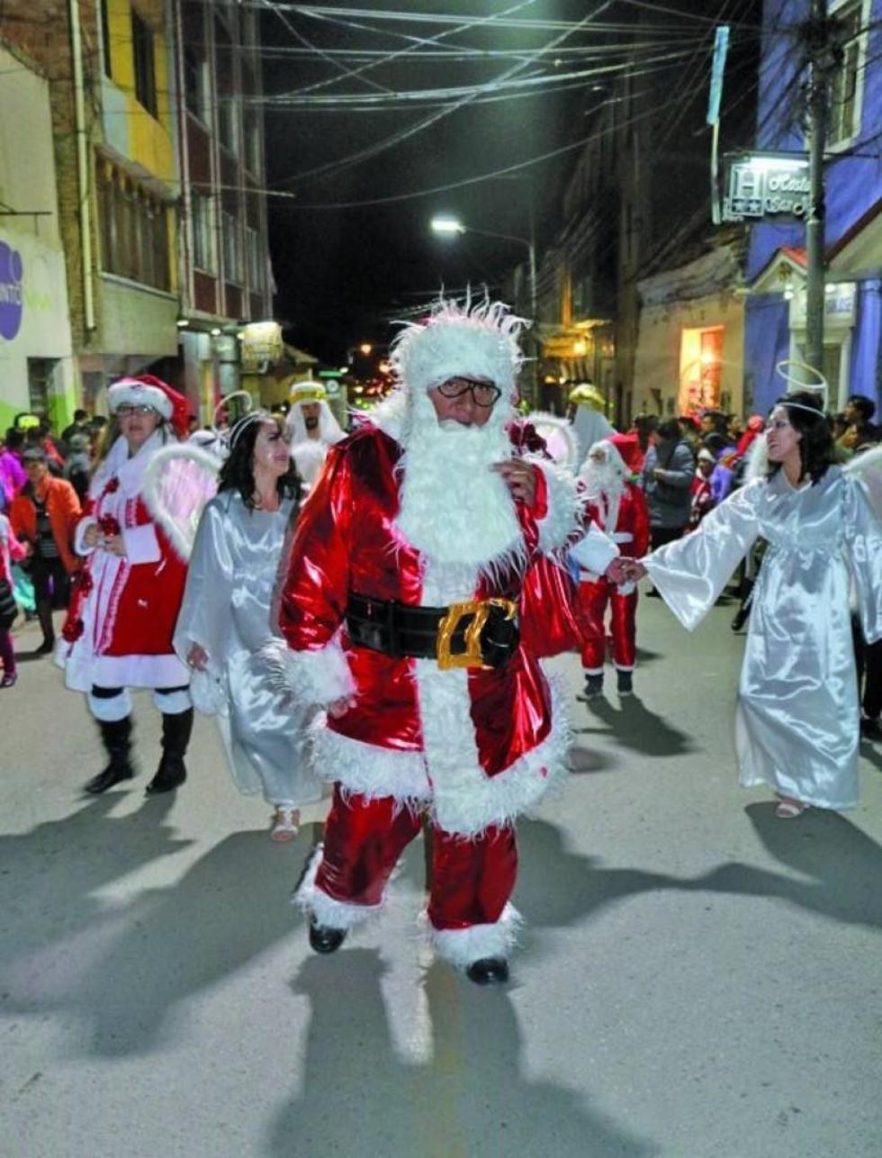 El alcalde Cervantes vestido de papá Noel.