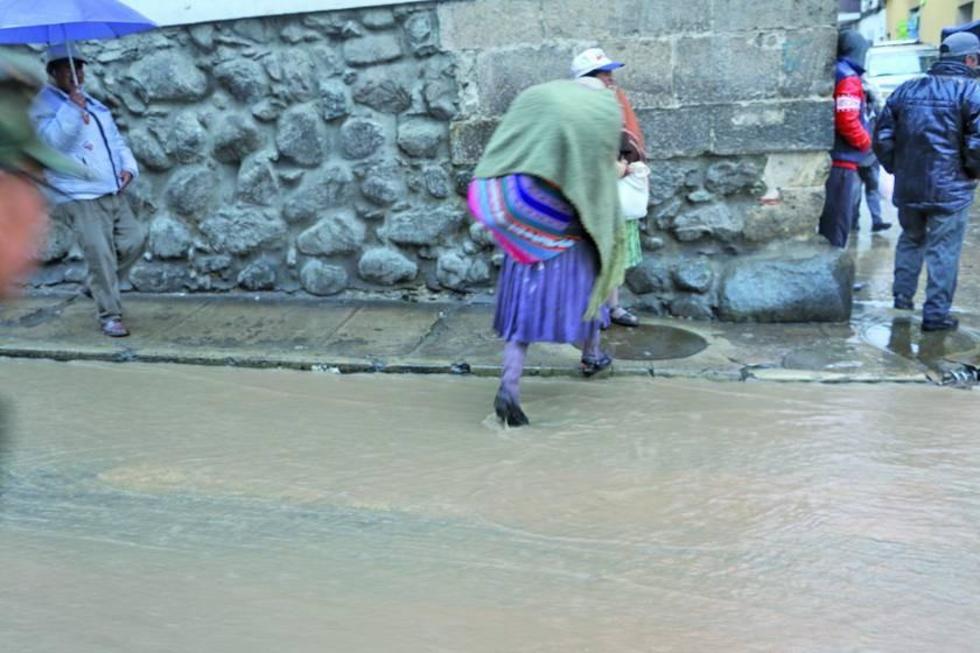 Los ciudadanos enfrentaron dificultades para cruzar las calles inundadas.