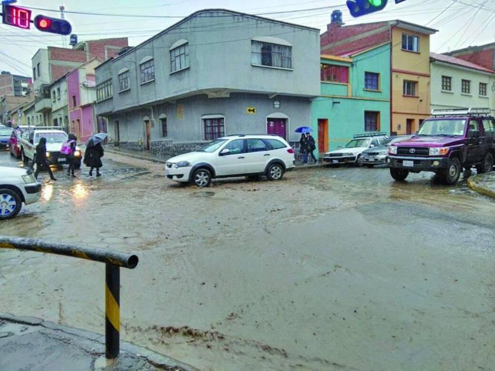 Las calles se volvieron ríos debido a la intensa lluvia caída ayer.