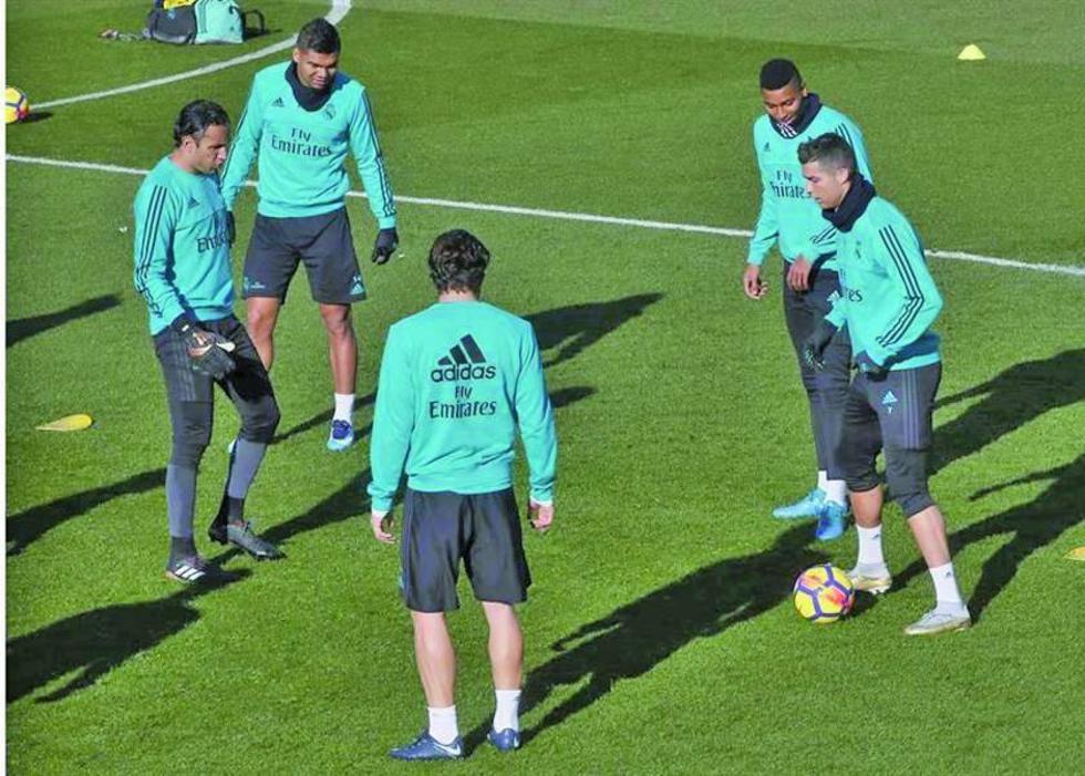 """Los jugadores blancos durante el entrenamiento realizado en la """"Ciudad Deportiva"""" de Valdebebas."""