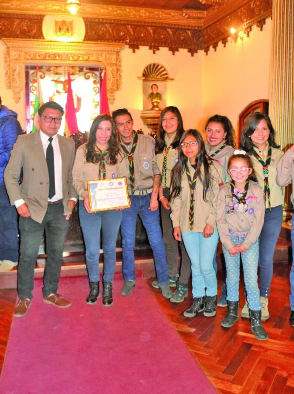 El grupo de Scout San Pedro recibe el certificado.