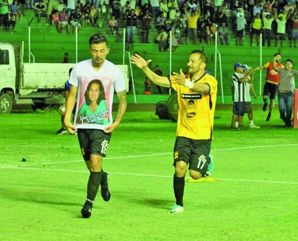 Ángel Cuéllar  y Pablo Salinas festejan el gol del empate.