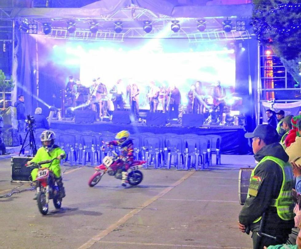 Los niños hicieron una demostración del manejo de las motocicletas.