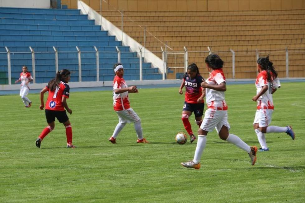 Una de las jugadoras potosina controla el balón ante la marca de sus rivales.