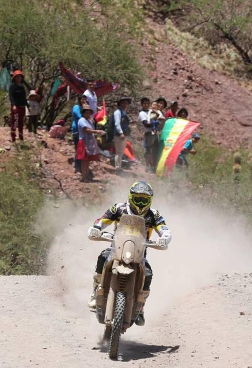 Los aficionados apoyan el paso de uno de los pilotos bolivianos.