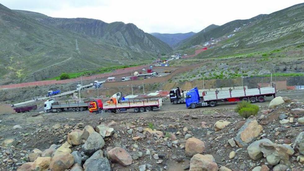 Esta es la hilera de tráileres que bloquean el camino a Oruro.