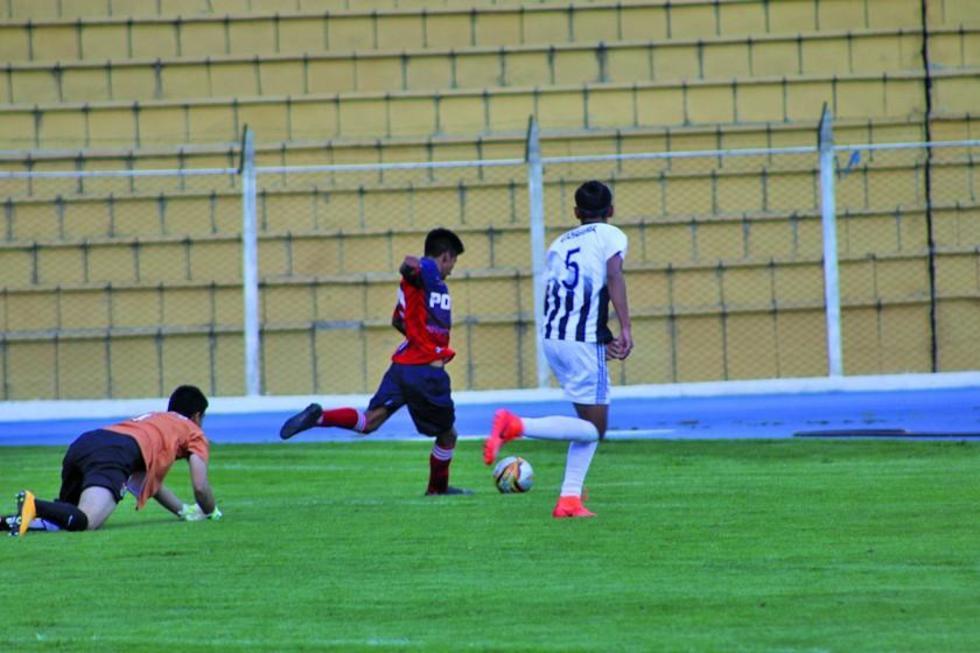 Miguel Mamani, de Potosí,  en la jugada del gol de la victoria.