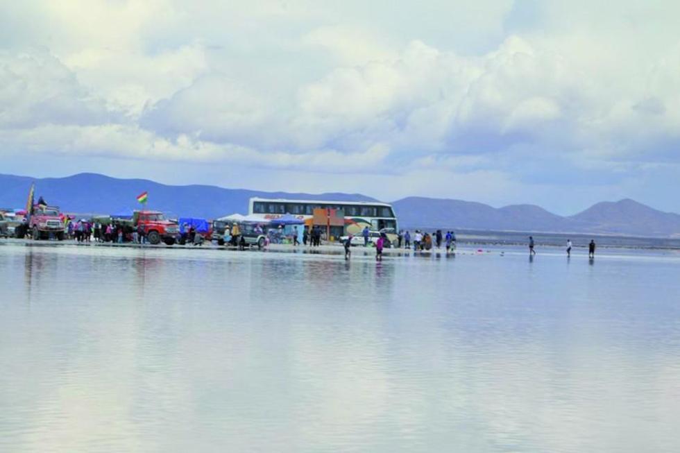 Turistas nacionales y extranjeros aprovechan el tiempo para trasladarse al salar.