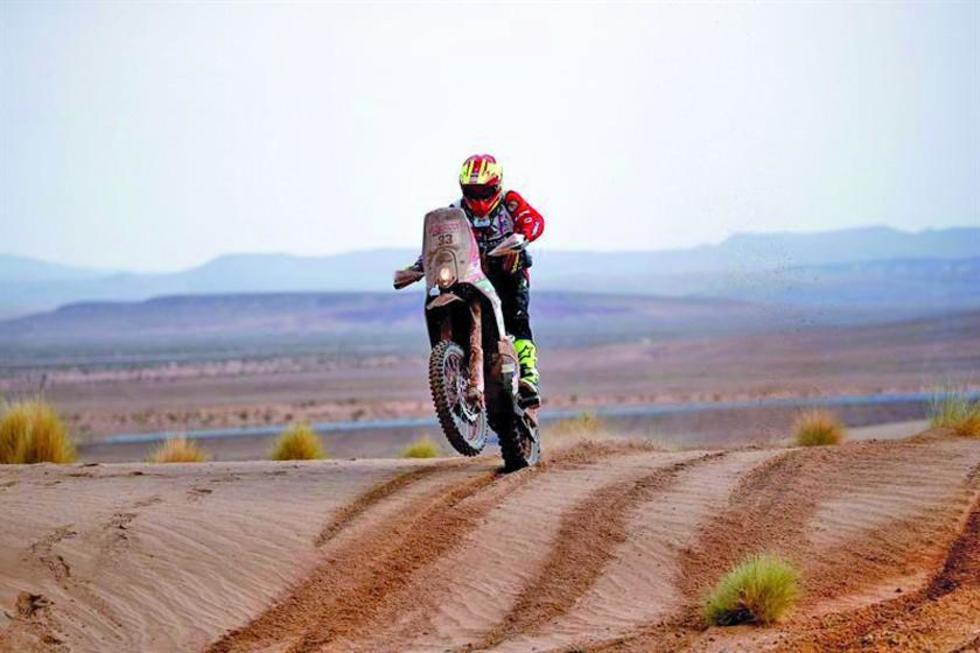 El boliviano Daniel Nosiglia conduce su motocicleta Husqvarna.