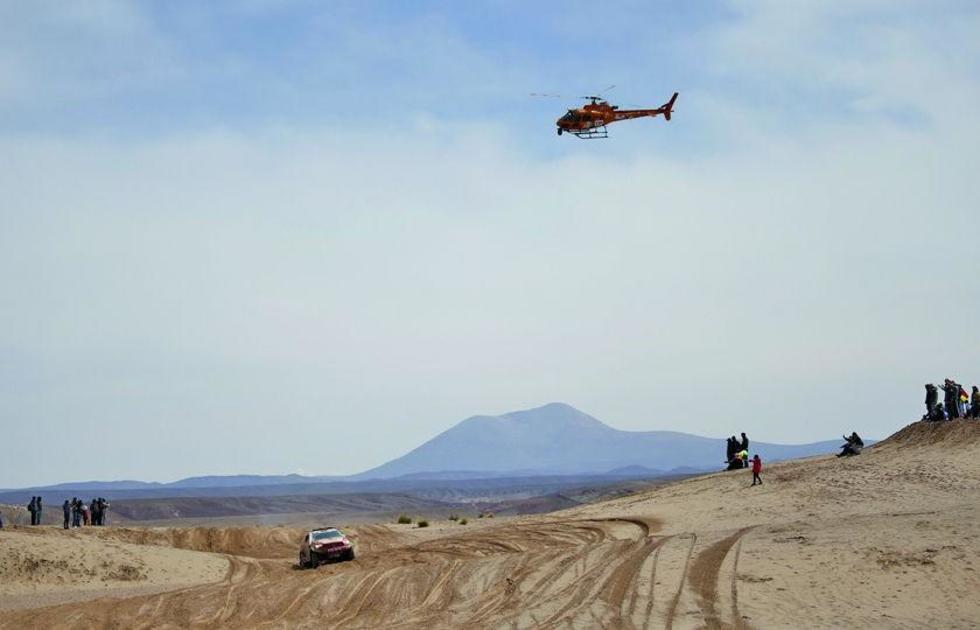 Personeros de la ASO siguen en helicóptero el paso de uno de los pilotos.