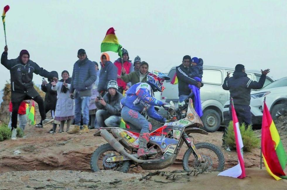 La afición boliviana brinda su apoyo a uno de los participantes.