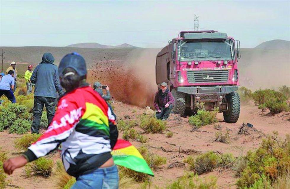 Siarhei Viazovich conduce su camión en la octava etapa.