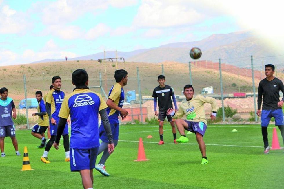Los jugadores lilas durante su entrenamiento en la cancha de Cantumarca.