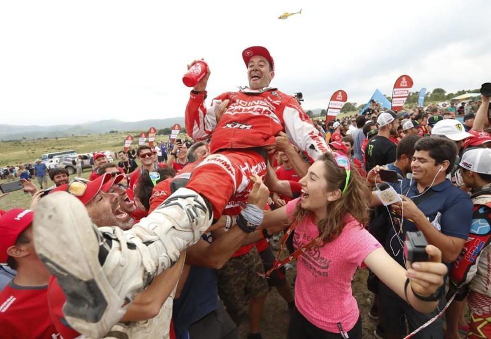 El español Gerard Farres (KTM) celebra al termino del Dakar.