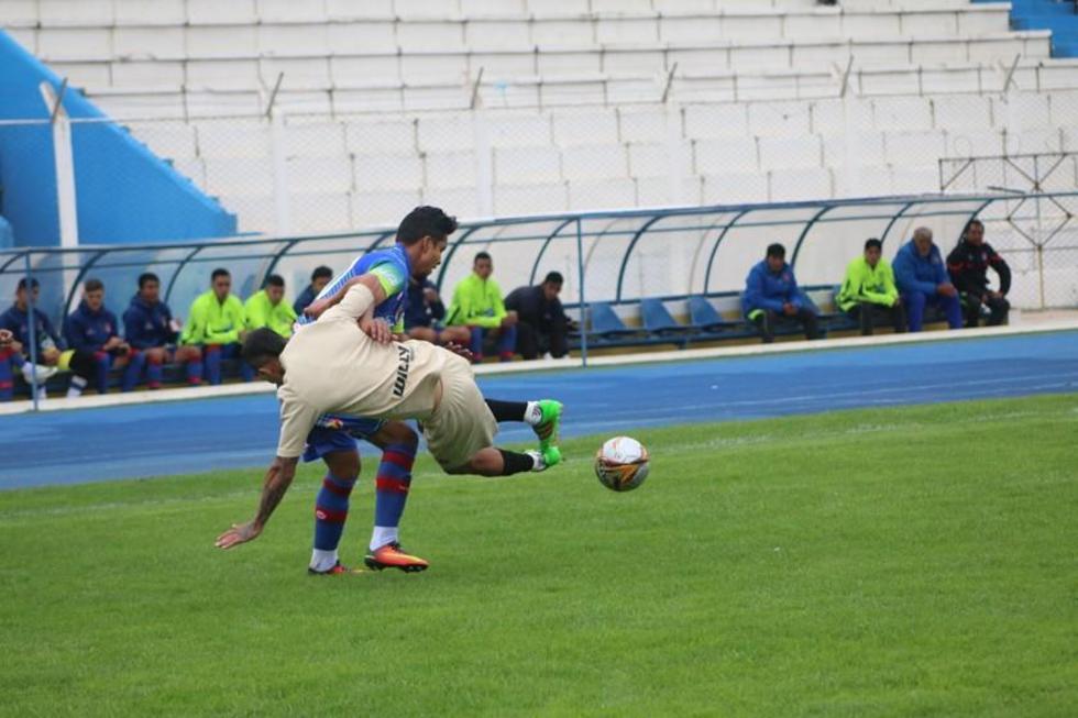 Gerardo Yecerotte es interceptado por Jorge Ayala.