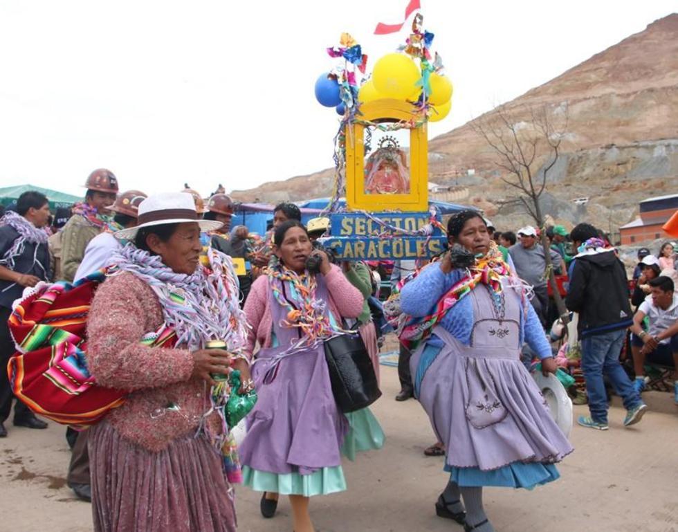 En la fiesta participan también mujeres que trabajan en el Cerro Rico.