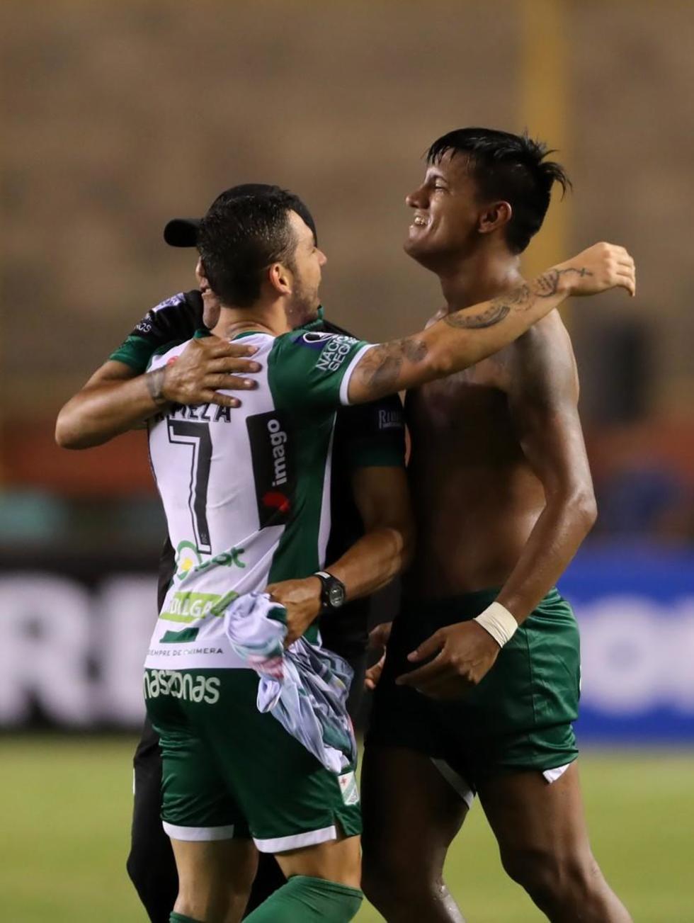 Los jugadores verdolagas festejan el gol que les dio el pase.
