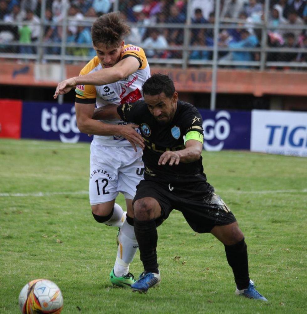 El jugador de Aurora, Charles Da Silva, gana la pelea por el balón.