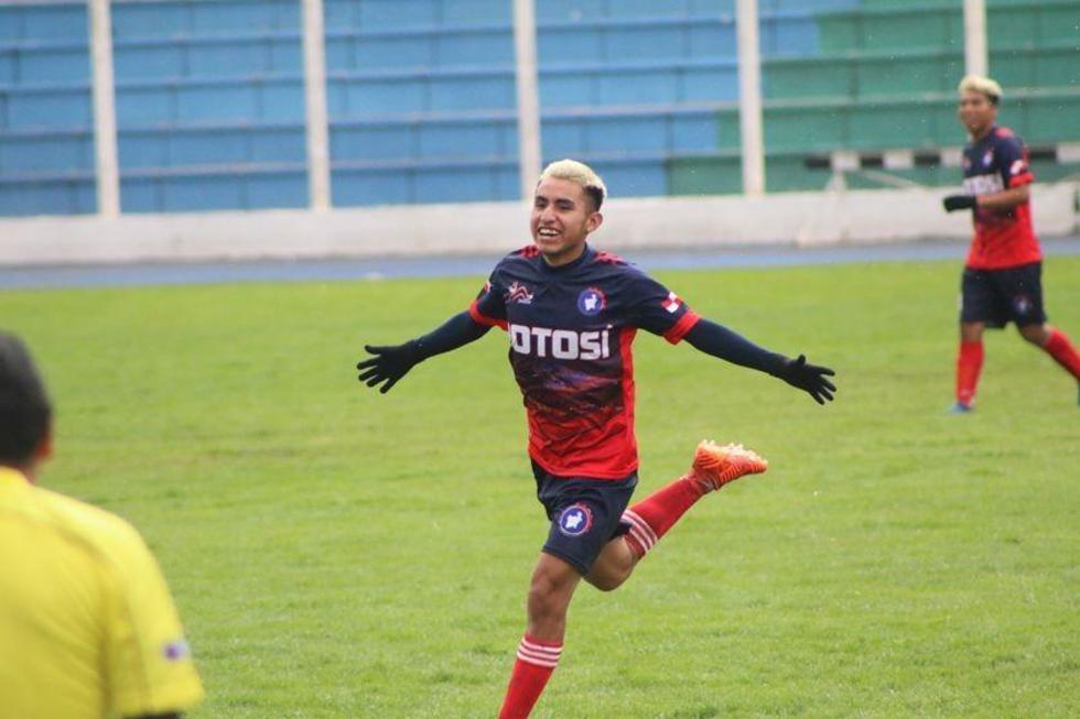 El futbolista potosino Pablo Vásquez celebra su gol.