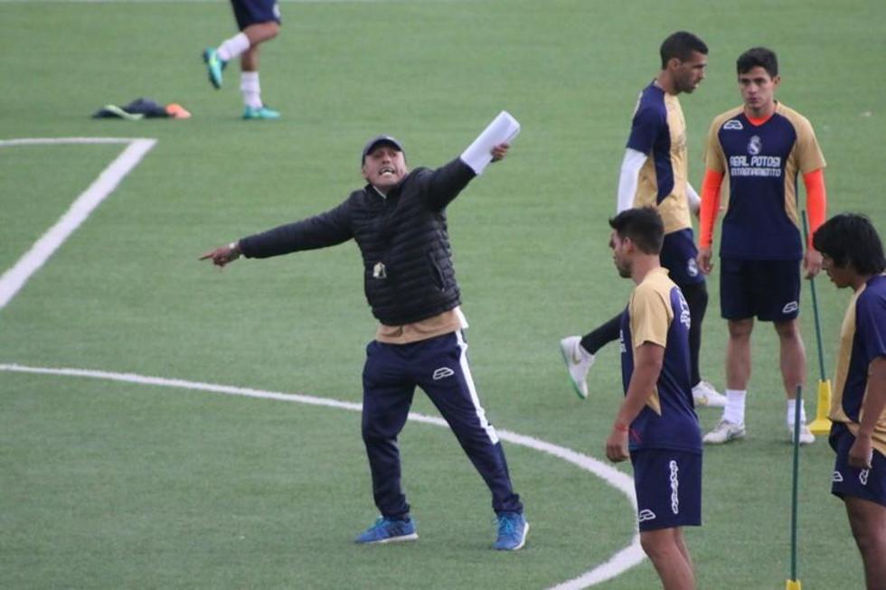 El técnico Milton Maygua explica la práctica a sus dirigidos.