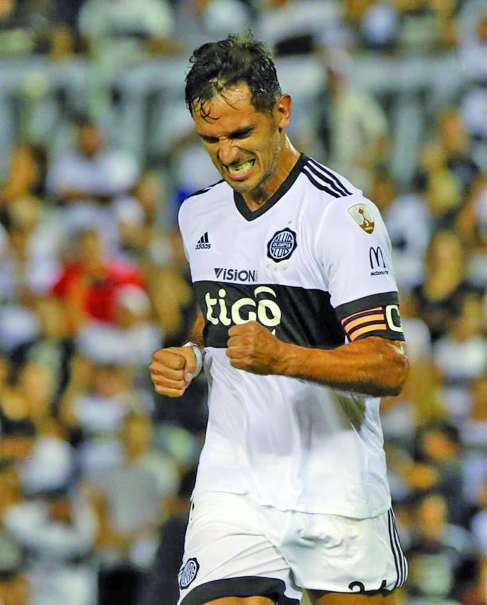 El delantero Roque Santa Cruz celebra su gol.