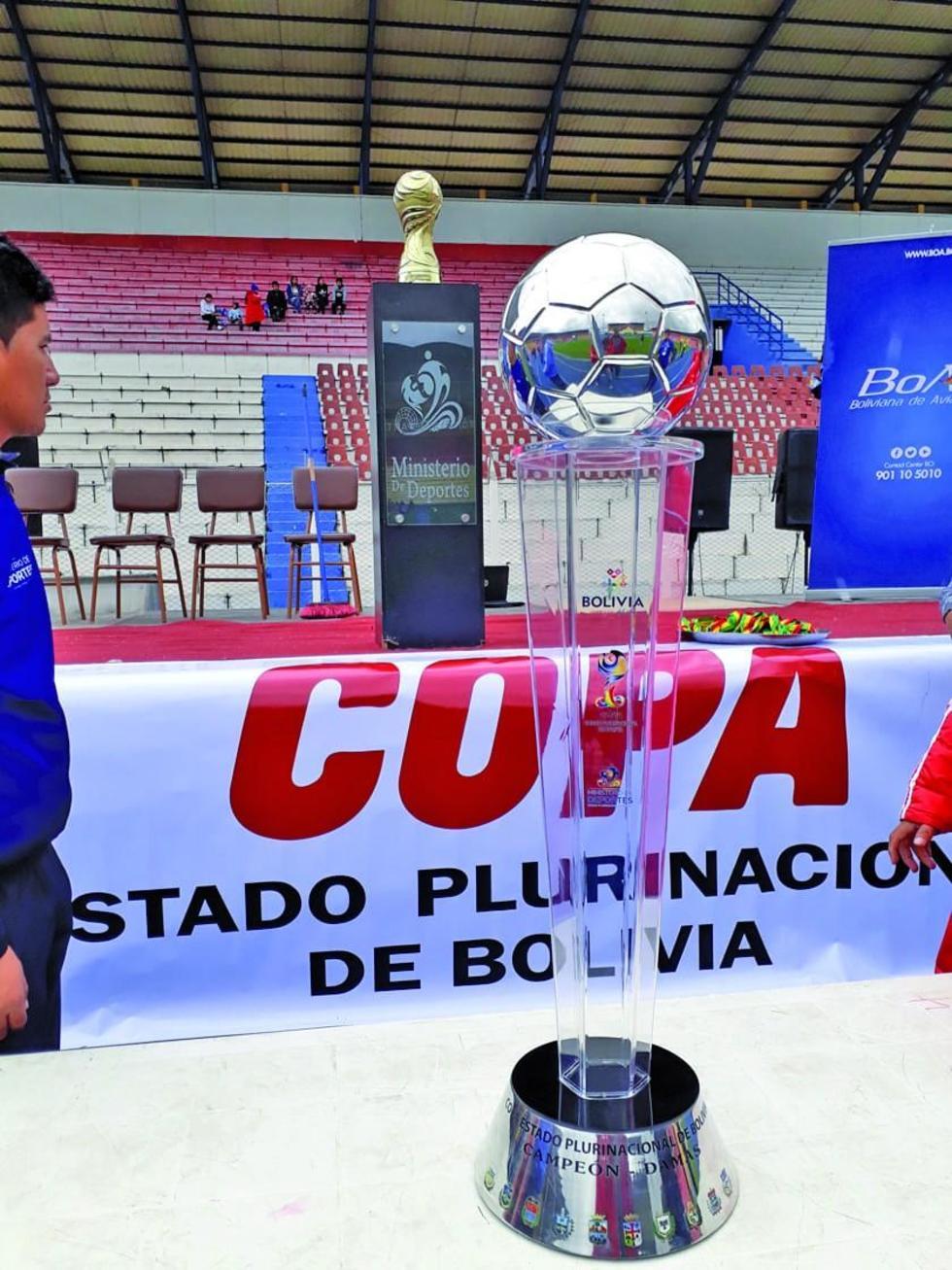 La copa y el trofeo rotativo del torneo.