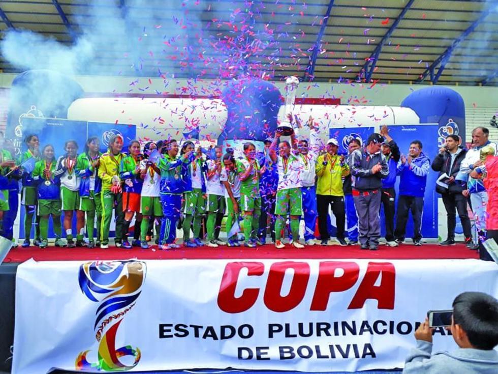 Las jugadoras benianas celebran el título del torneo.