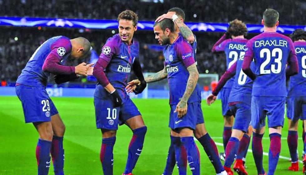 Los futbolistas celebran el triunfo.