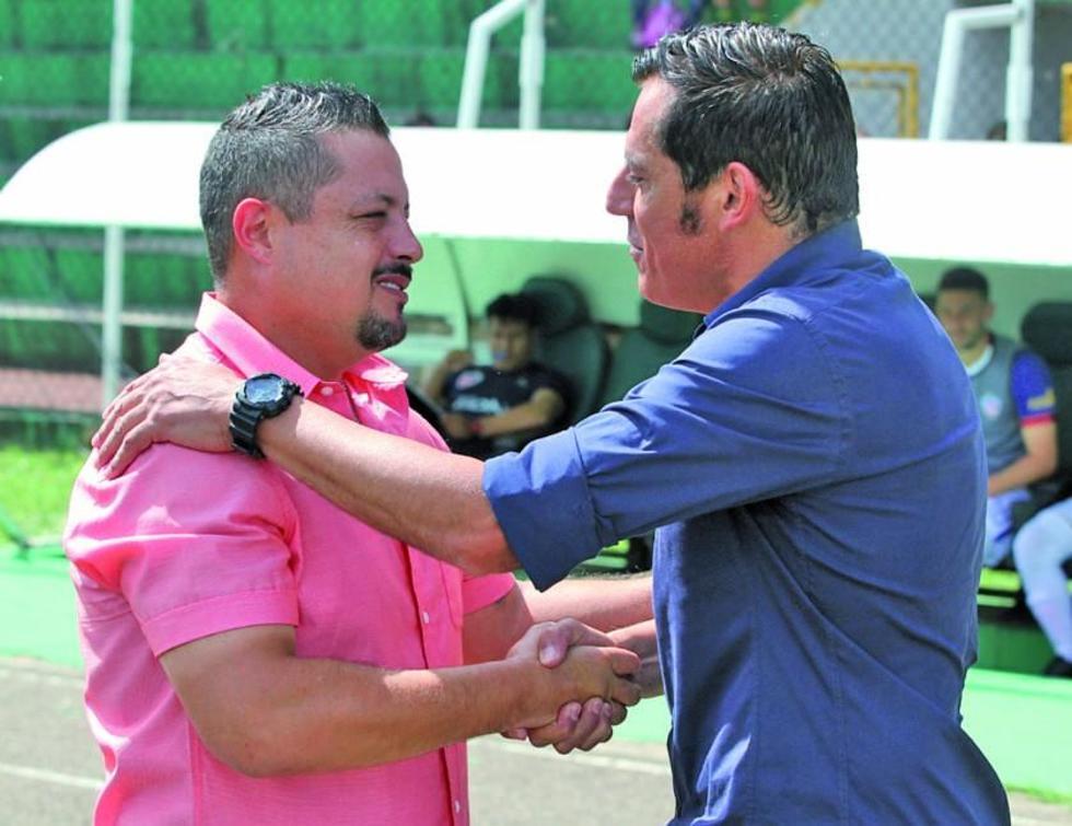 Los técnicos David De La Torre y Miguel Zahzú se saludan.