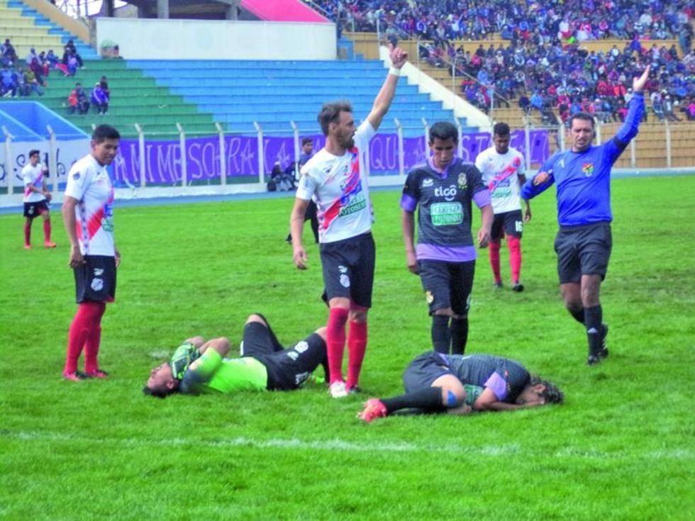 El meta Jorge Ruth y el ariete Fernando Rodríguez están tirados tras un choque.