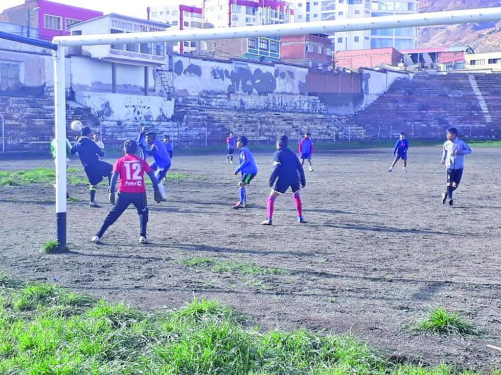 Los jugadores cumplen un ensayo de futbol bajo el mando del ayudante de campo Geovanny Vargas.