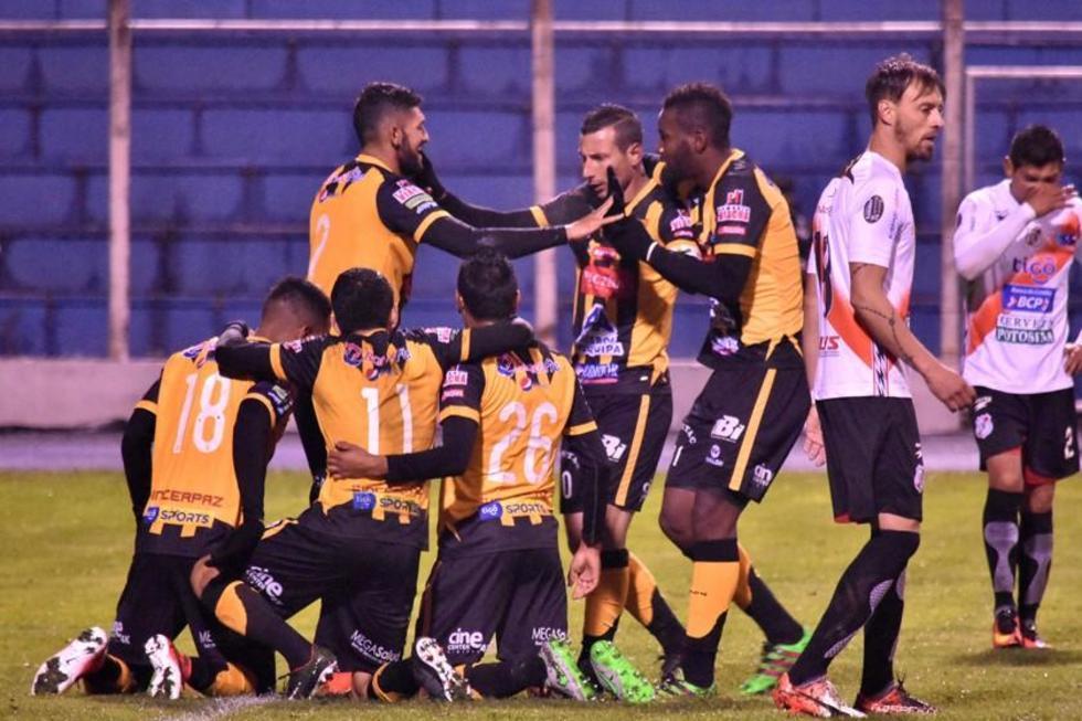 Los aurinegros celebran el gol que les permitió sumar sus primeros tres puntos.