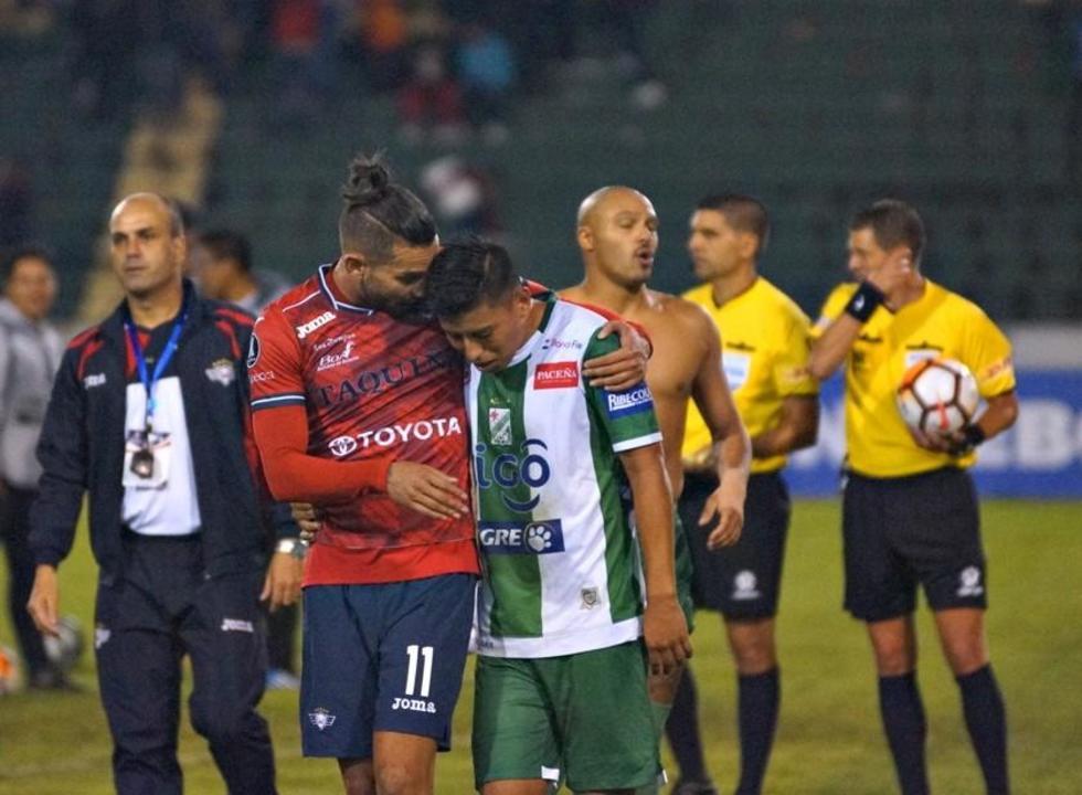 Alejandro Meleán consuela a su rival tras la eliminación.