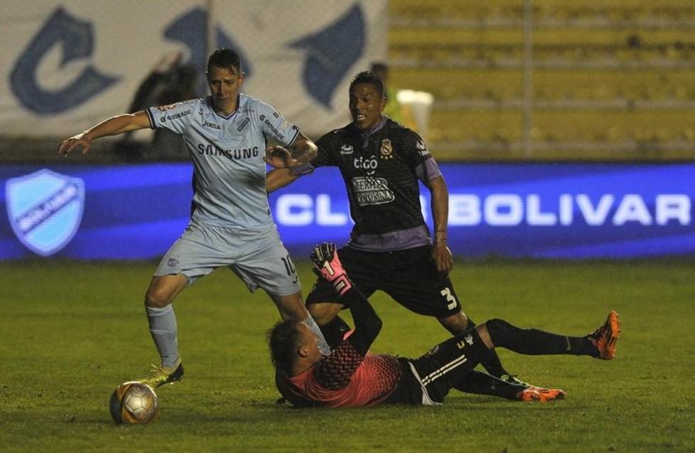El jugador de Bolívar, Martin Smedberg, durante la jugada del gol.