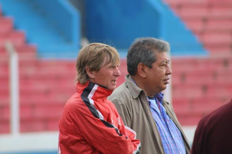 Ángel Pérez conversa con el presidente del club Wilfredo Condori.