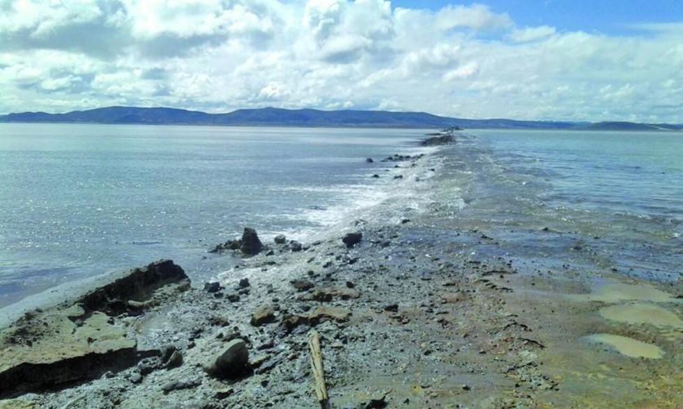 La crecida del agua destruyó el terraplén que pasa por el salar en el municipio de Colcha K.