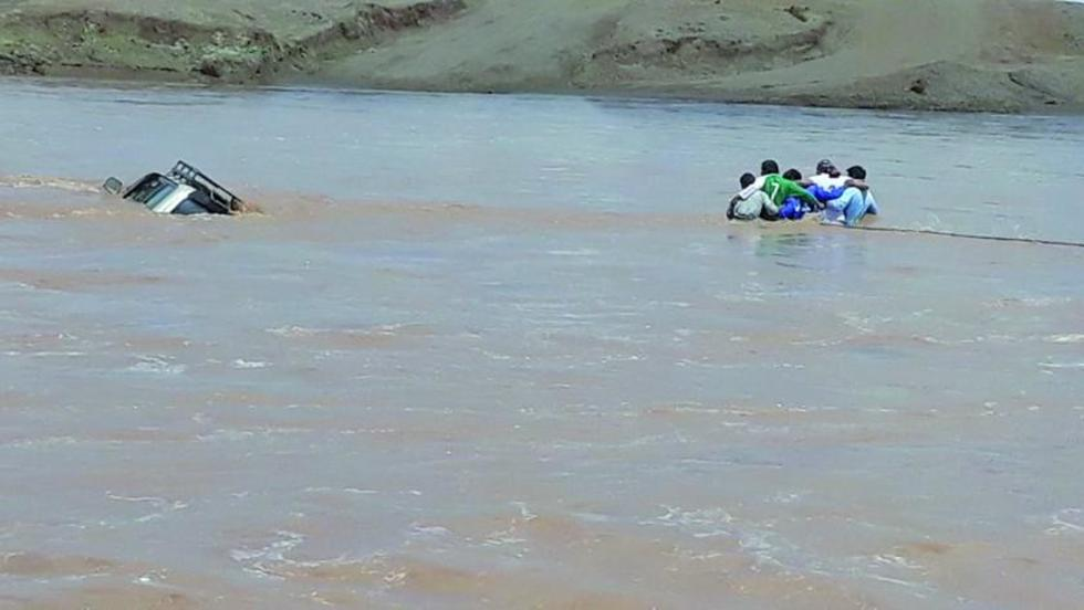 Camino es destruido por el agua